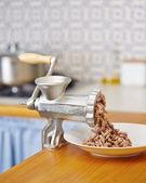Köttkvarn i inhemska kök — Stockfoto