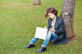 Female redhead art student drawing outdoors — Stok fotoğraf