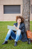 Female redhead art student drawing outdoors — Stockfoto