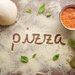 Pizza słowa napisane na stole — Zdjęcie stockowe #38991503