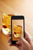 Smartphone taking a picture of cocktail — ストック写真