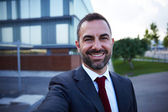 Empresário em um terno selfie — Fotografia Stock