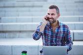 Nowoczesne biznesmen rozmawia przez telefon na zewnątrz — Zdjęcie stockowe
