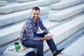 Moderní podnikatel čtení venku — Stock fotografie