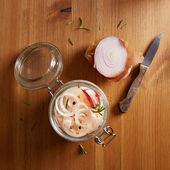 Ev yapımı bir kavanoz içinde soğan turşusu — Stok fotoğraf