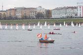 Små segelbåtar i olympiska fackelstafetten flyter på floden volga — Stockfoto