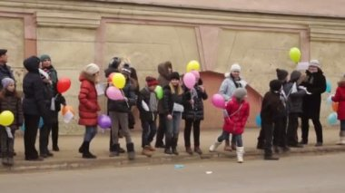 Children are waiting torchbearer on the sidewalks — Stock Video
