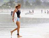 PHUKET, THAILAND - SEPTEMBER 15:Stephanie gilmore prepare to surf in the Quiksilver Open Phuket Thailand on September 15, 2012 at Patong Beach in Phuket, Thailand — Стоковое фото