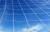 Beyaz futbol net, mavi gökyüzü — Stok fotoğraf
