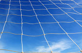 Fútbol blanco neto, cielo azul — Foto de Stock