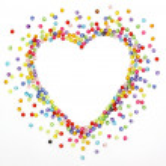 perline colorate, spazio di forma cuore per foto o testo isolato su — Foto Stock