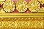 Het ontwerp van de gouden stucwerk van inheemse thaise stijl op de muur — Stockfoto