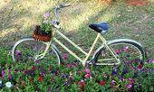 Bicicleta vieja con flores en la cesta delantera, estacionado en la garde — Foto de Stock