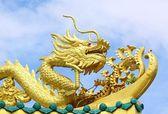 Statue dorée gragon sur ciel bleu — Photo