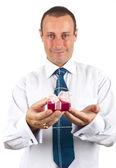 Portrét mladý podnikatel podal krabičku s dárkem v ruce — Stock fotografie