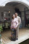 Retrato de pareja asiática sonriendo con ropa tradicional peran — Foto de Stock