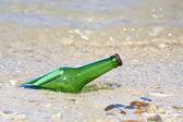 Botella con mensaje en la playa — Foto de Stock