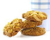 Biscoitos cookies de aveia e um copo de branco e azul de leite — Fotografia Stock