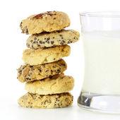 一堆混合的水果饼干和一杯牛奶 — 图库照片