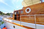 дорогие деревянные яхты в гавани в пхукет таиланд — Стоковое фото