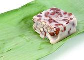Dessert thaï en taro et haricots rouges enveloppés dans des feuilles de bananier — Photo