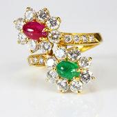 Złoty pierścionek z diamentami i kamień na białym tle — Zdjęcie stockowe