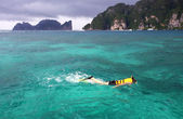 Beautiful scenery clear sea at phi phi island thailand — Stock Photo