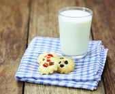 Cookies and a glass of milk on wood table — 图库照片