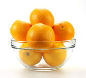 Lecker mandarinen in schüssel auf weiß — Stockfoto