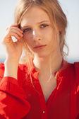 Retrato de la joven muchacha hermosa — Foto de Stock