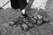 1 つの足が地面に — ストック写真