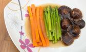 煮えた人参、椎茸、アスパラのブラウン ソース — ストック写真