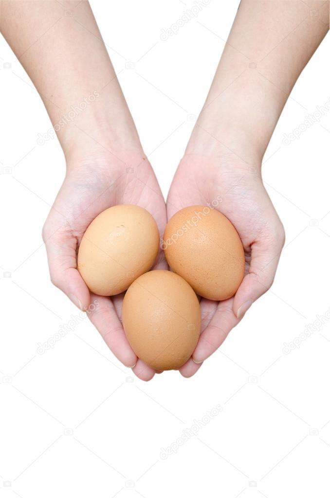 яица в руках женщин