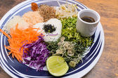Nasi kerabu - Rice with herbs and vegetables — 图库照片