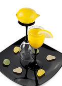 Dwie szklanki na talerzu — Zdjęcie stockowe