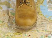 Harita üzerinde duran sarı çizmeler — Stok fotoğraf