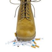 黄色鞋上香烟和毒品 — 图库照片