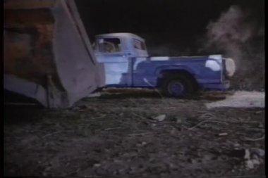 Bulldozer välter lastbil ner backen på natten — Stockvideo