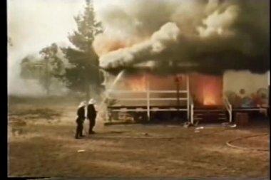 Feuerwehrleute löschen haus brandes — Stockvideo