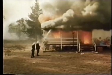 Firefighters extinguishing house fire — Stock Video
