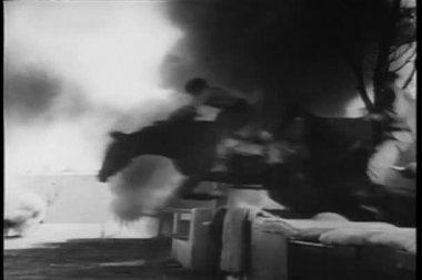 La ii guerra mundial recreación - incursión de pueblo — Vídeo de stock