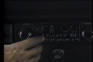 Närbild av hand vrida på bilradion — Stockvideo