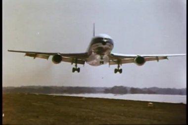 Airplane landing on runway — Stock Video