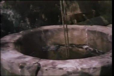 Buzo mismo bajar en el pozo con cuerda — Vídeo de stock