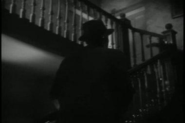Vue arrière homme marche escalier — Vidéo