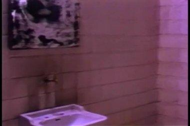 Wasser aus dem wasserhahn läuft in schmutzige waschbecken — Stockvideo