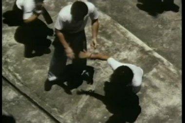 аэрофотоснимок группы мужчин, практикующих каратэ — Стоковое видео