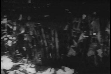родной воинов в чистой ловушку в джунглях — Стоковое видео