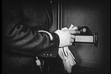 Uomo controllando se stesso nello specchio prima di suonare il cicalino della porta — Video Stock