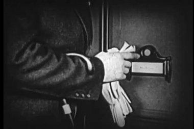 在响门铃之前检查自己在镜子中的人 — 图库视频影像